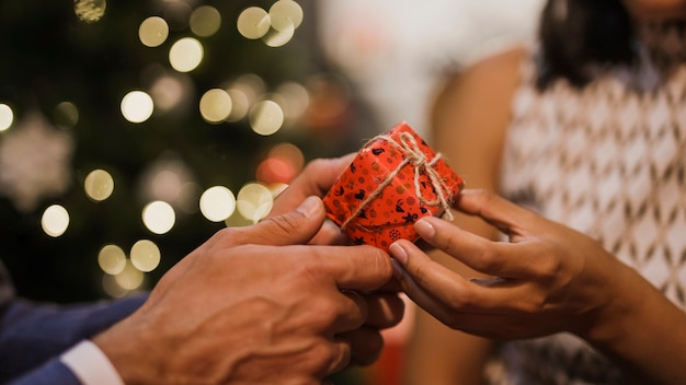 Casal sênior, trocar presentes de natal Foto gratuita