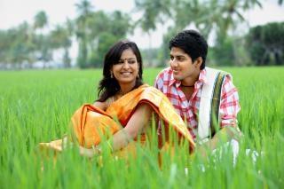 Casal sentado em um campo de arroz Foto gratuita
