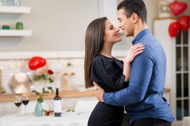Casal sorridente comemorando o dia dos namorados com espaço de cópia Foto gratuita
