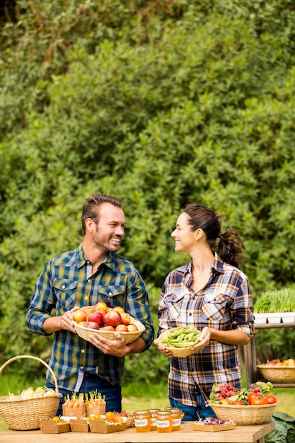 Casal sorridente, olhando um ao outro na fazenda Foto Premium