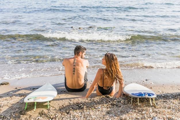 Casal surfista Foto gratuita