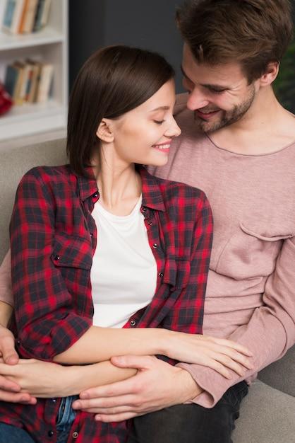 Casal tendo um momento de ternura Foto gratuita