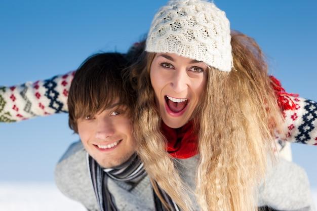 Casal tendo um passeio de inverno Foto Premium