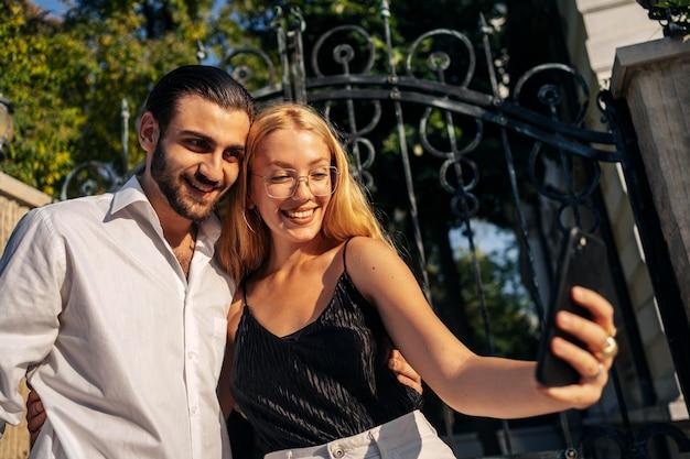 Casal tirando uma selfie juntos Foto gratuita