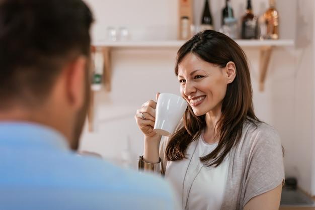 Casal tomando café juntos em casa. Foto Premium