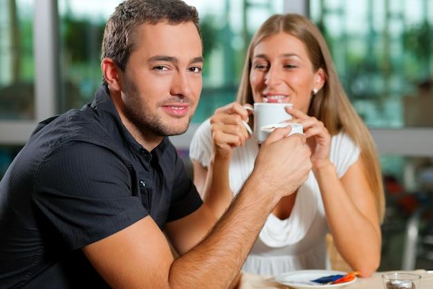 Casal tomando café no café Foto Premium