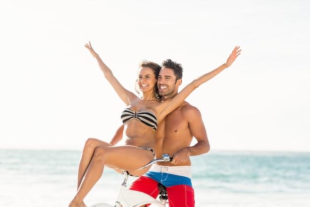 Casal vai passear de bicicleta na praia Foto Premium