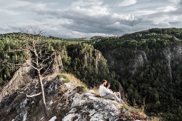 Casal viajando pelas montanhas. casal apaixonado nas montanhas. homem e mulher viajando. um passeio nas montanhas. os amantes relaxam na natureza. caminhadas nas montanhas. Foto Premium
