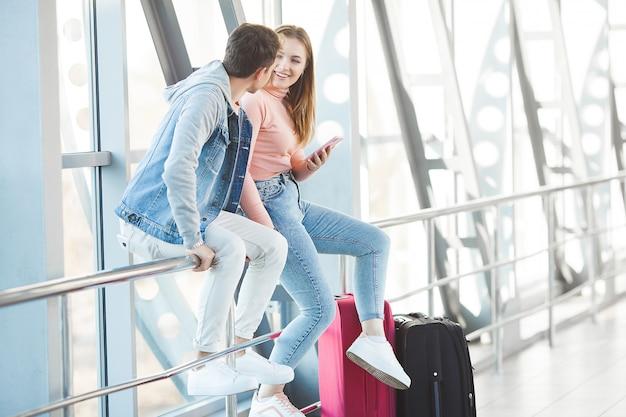 Casal viajando. viagem de amantes. jovem e mulher no aeroporto. passeio em família. Foto Premium