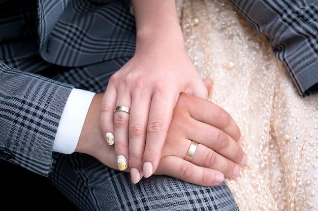 Casamento casado feliz casal de mãos dadas, noiva e noivo, alianças | Foto Premium