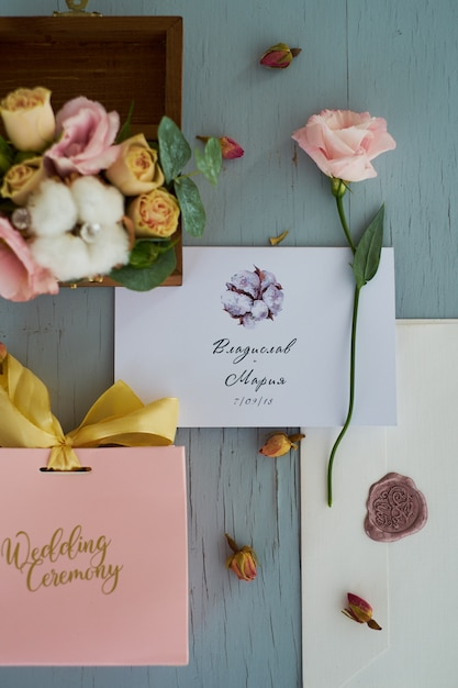 Casamento de vegetação. composição de convites de casamento, cartas, cartas e anéis para a noiva e o noivo. Foto Premium