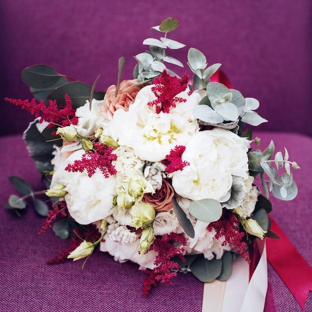 Casamento flores rústicas em roxo Foto Premium