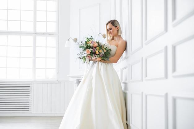 Casamento. noiva linda em um vestido de noiva Foto gratuita