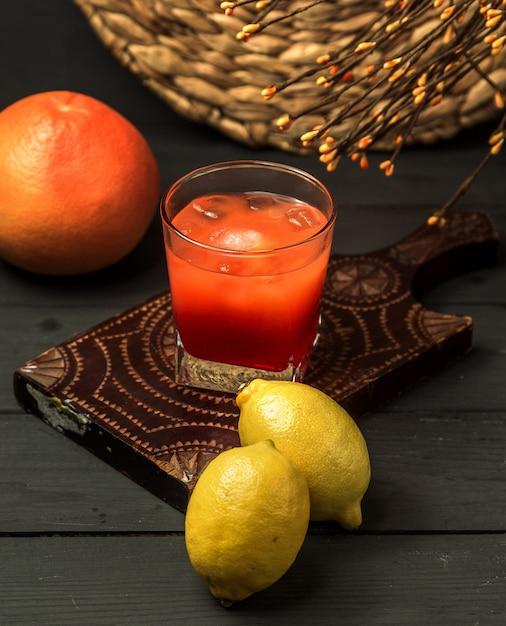 Casar com sangue cocktail na mesa Foto gratuita