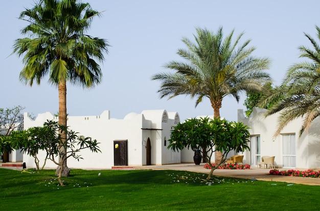 Casas brancas e território bem cuidado do parque do hotel de cinco estrelas no sharm el sheikh. Foto Premium