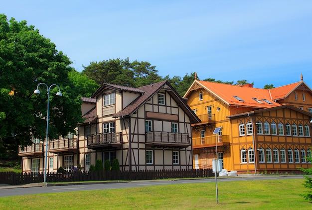 Casas de madeira e half-timber lituanas tradicionais no campo. Foto Premium