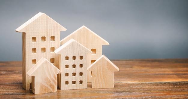 Casas de madeira em miniatura. imobiliária. cidade. aglomeração e urbanização Foto Premium