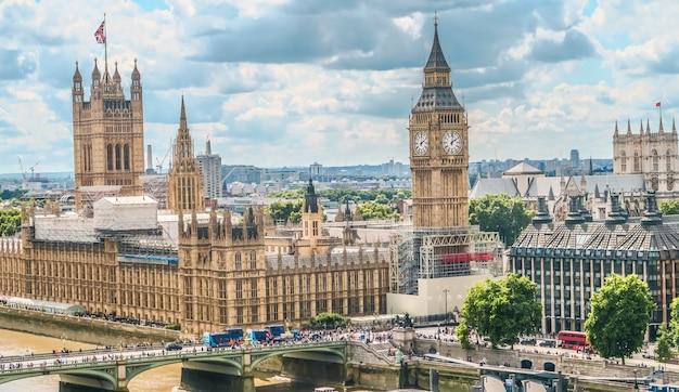 Casas do parlamento e big ben em londres com nublado no fundo Foto Premium