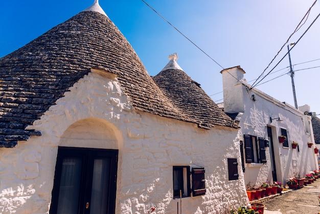 Casas do turista e famosa cidade italiana de alberobello Foto Premium