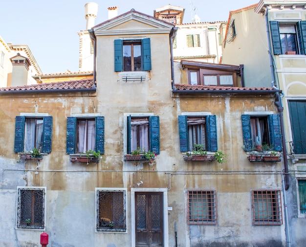 Casas em veneza. ruas venezianas Foto Premium