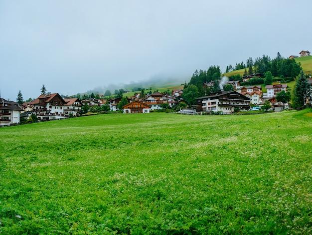 Casas fantásticas nas montanhas Foto Premium