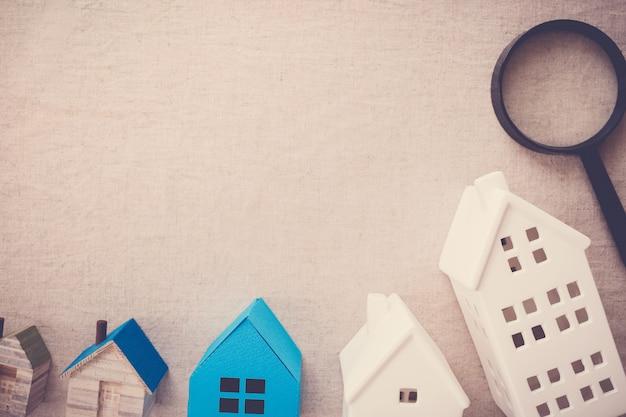 Casas modelo e lupa, casa procurando Foto Premium