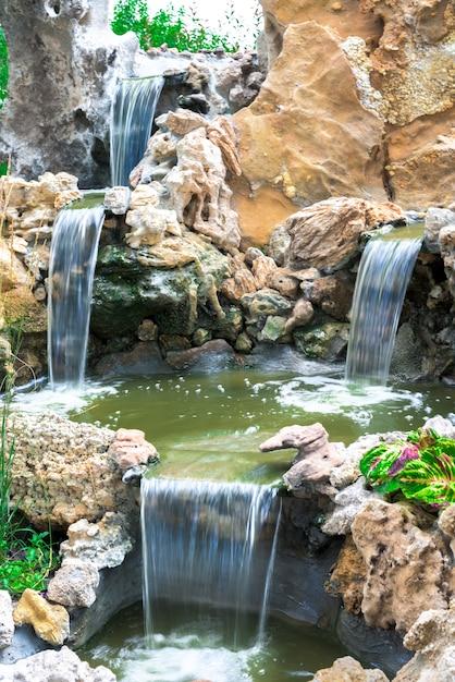 Cascata de cachoeiras entre as pedras. artificial. exposição longa Foto Premium