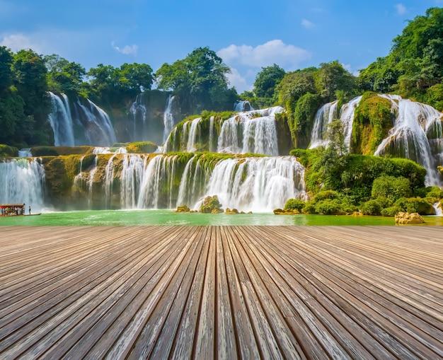 Cascata proibida água selva pedra fresca Foto gratuita