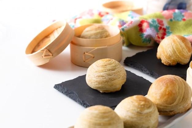 Caseira orgânica huaiyang espiral bolo de lua pastelaria escamosa chinesa Foto Premium
