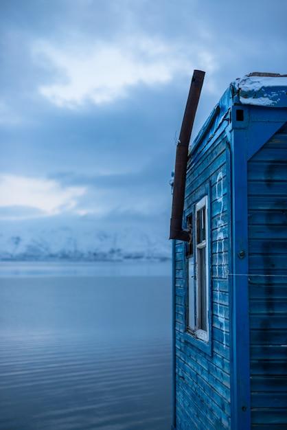 Casinha de madeira em um lago Foto gratuita
