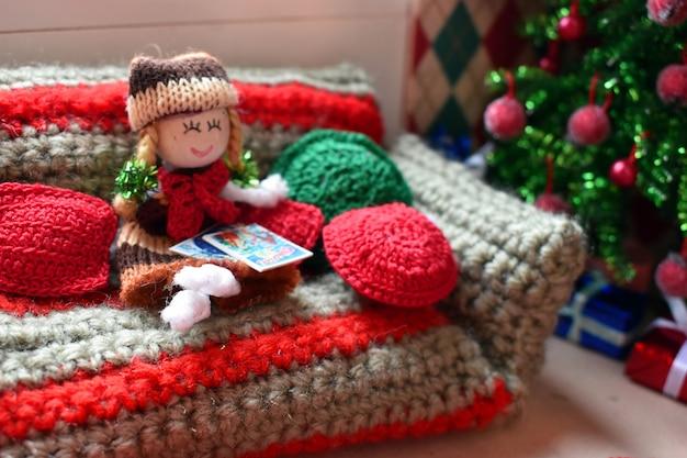 Casinha para bonecas, brinquedos de malha e móveis de brinquedo. Foto Premium
