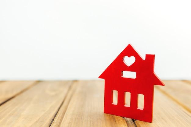 Casinha vermelha de madeira na mesa de madeira Foto Premium