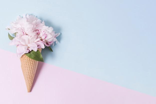 Casquinha de sorvete abstrato com buquê de flores Foto gratuita