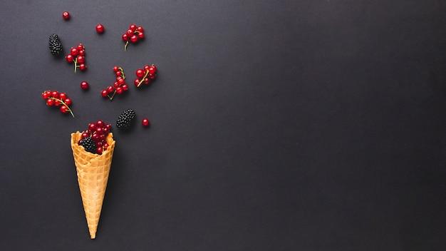 Casquinha de sorvete plana-leiga com bagas com espaço de cópia Foto gratuita