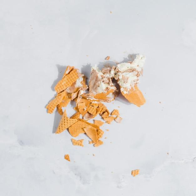 Casquinha de sorvete quebrada Foto gratuita
