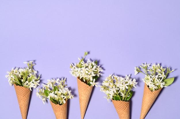 Casquinhas de sorvete com flores de jasmim Foto Premium
