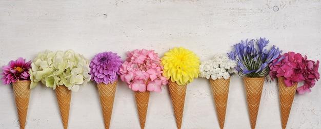 Casquinhas de sorvete com lindas flores Foto Premium