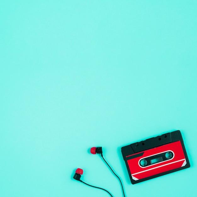 Cassete de fita e auriculares Foto gratuita