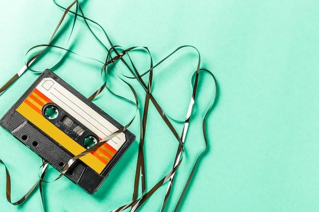 Cassetes de áudio antigas em fundo turquesa Foto Premium
