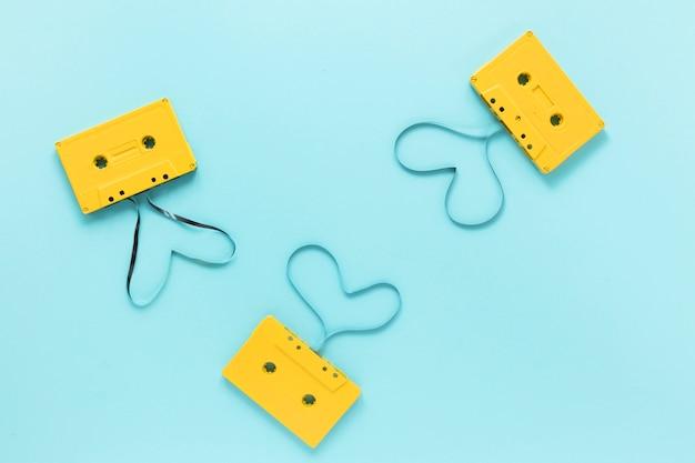 Cassetes de áudio plana leigos com fundo azul Foto gratuita