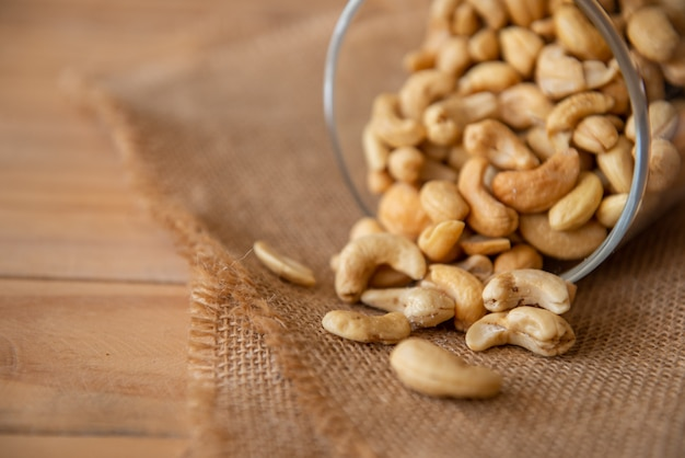 Castanha de caju assada sal nutritiva e nutrindo o cérebro Foto Premium