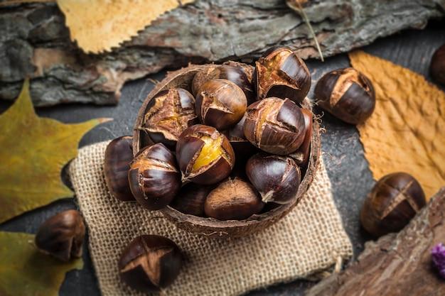 Castanhas assadas. comida tradicional de outono. Foto Premium