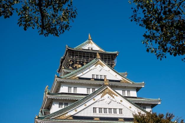 Castelo de osaka em osaka com folhas de outono. conceito de viagens do japão Foto Premium