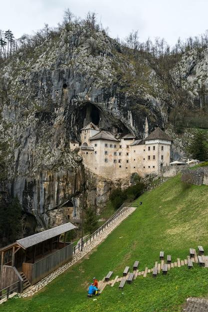 Castelo de predjama na caverna, eslovénia Foto Premium