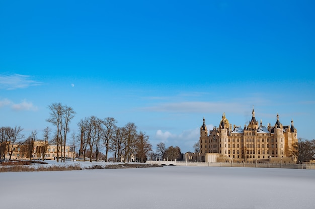 Castelo de schwerin lindo de conto de fadas no inverno Foto Premium