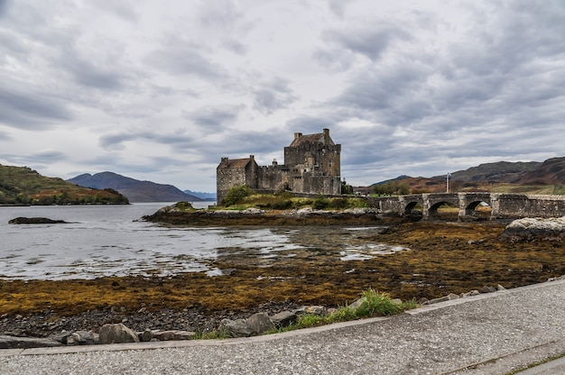 Castelo ilha da ponte de escócia Foto Premium