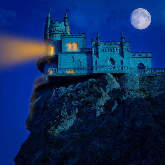 Castelo medieval à noite. fundo de dia das bruxas ninho de andorinha, Foto Premium