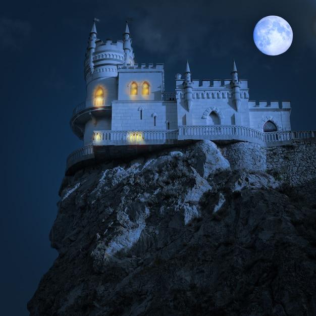 Castelo medieval à noite. ninho da andorinha, península da criméia, Foto Premium