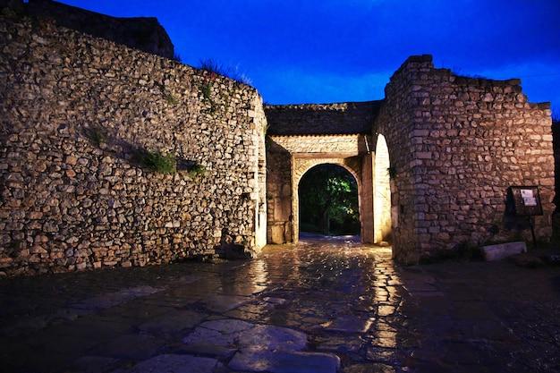 Castelo na cidade de orquídea, macedônia à noite Foto Premium