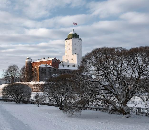 Castelo na cidade de vyborg no inverno Foto Premium